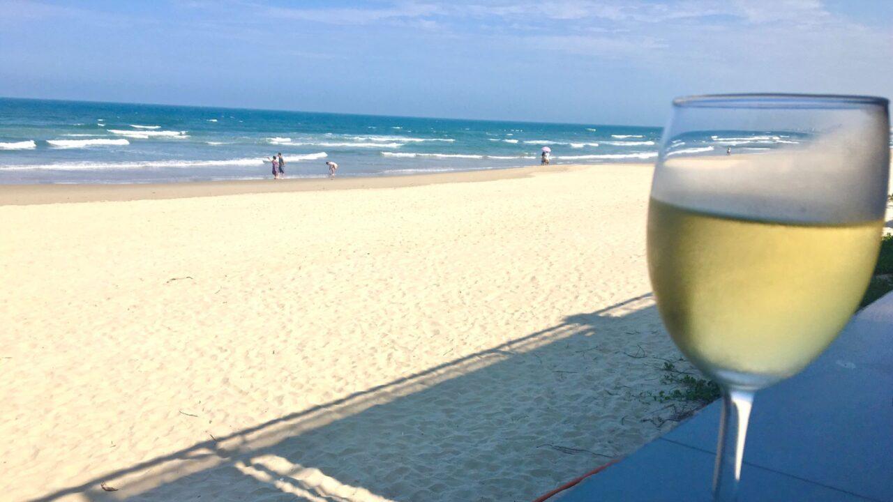 私がミーケービーチを眺めながら飲んだ白ワイン